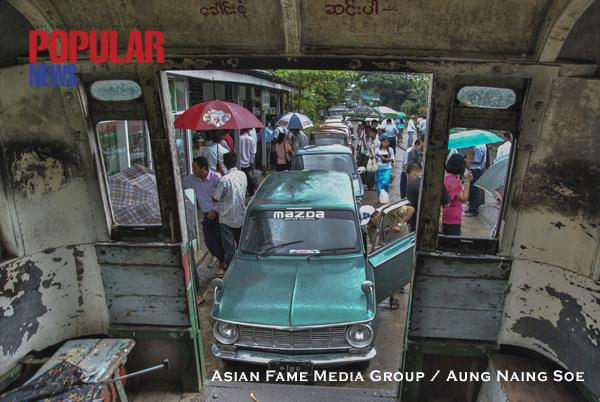 အရည္က်ဳိ ကားအပ္ႏွံမႈ ျမင္ကြင္းထဲက ဗိုက္ပူနဲ႔အတူ ကားေတြ တစ္နံတစ္လ်ား