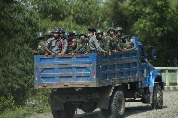 ေမာင္ေတာေဒသ အတြင္း တိုက္ကင္း လွည့္လည္ေနၾကေသာ ရဲတပ္ဖြဲ႕ဝင္ မ်ားအား ေတြ႕ရစဥ္ (ဓာတ္ပုံ - AFP)