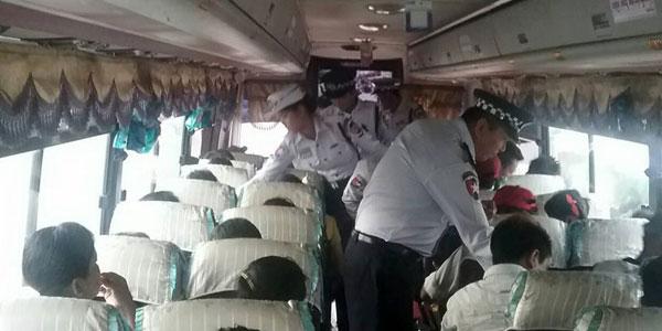 ေအာင္မဂၤလာ အေဝးေျပး ဝင္းမွ ထြက္ခြာမည့္ အေဝးေျပး ယာဥ္မ်ားတြင္ အသက္ကယ္ ထိုင္ခံု ခါးပတ္ တပ္ဆင္ ထားျခင္း ရွိ/မရွိ ကို ယာဥ္ထိန္းရဲ တပ္ဖြဲ႕ဝင္ မ်ားက  စစ္ေဆးေနစဥ္။                   ဓာတ္ပံု- Yangon Traffic Police