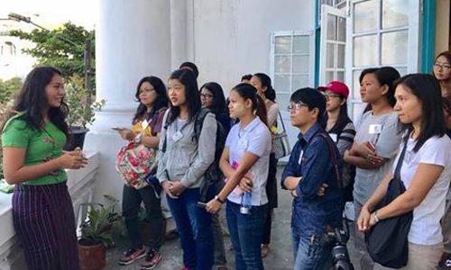 'Yangon Heritage Trust' ၏ လမ္းေလွ်ာက္ခရီးစဥ္တြင္  လိုက္ပါေလ့လာလိုသူအမ်ားစုမွာ လူငယ္မ်ားျဖစ္