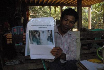 ရဲတပ္ဖြဲ႕က ဆင္မုဆိုးလို႔ ယူဆထားသူ တစ္ဦး ရဲ႕ဓာတ္ပံု ကိုျပသေန တဲ့ ေခ်ာင္းေစာက္ေက်းရြာ အုပ္စု အုပ္ခ်ဳပ္ေရးမွဴး (ဓာတ္ပံုမ်ား - ထက္ေခါင္လင္း/ Myanmar Now)