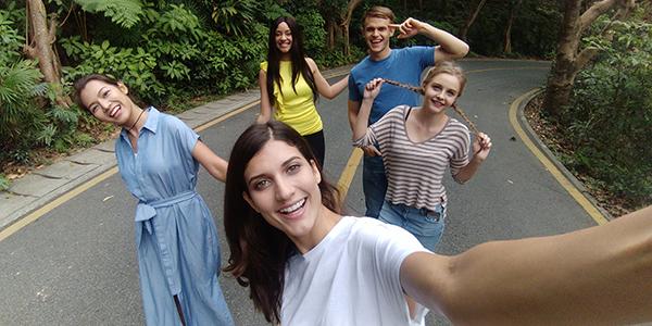 လူအမ်ားပိုမိုေတာင္းဆိုလာၾကသည့္ Group Selfie ေခတ္ေရစီးေၾကာင္းအတြက္ OPPO F3 Series  ထုတ္ကုန္မ်ားရွိေနၿပီ