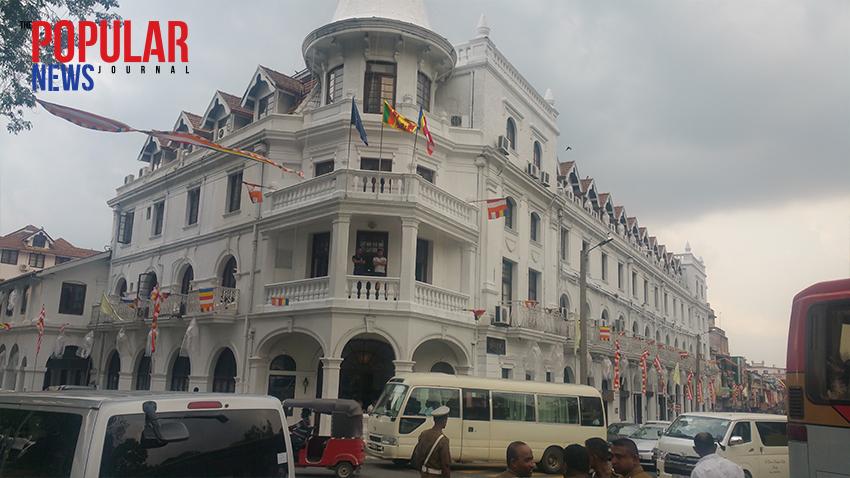 ကႏၵီၿမိဳ႕ စြယ္ေတာ္တုိက္အေရွ႕ရိွ Queen's Hotel၊ ၄င္းဟုိတယ္တြင္ ဗိုလ္ခ်ဳပ္ေအာင္ဆန္းေခါင္း ေဆာင္ေသာကိုယ္စားလွယ္အဖြဲ႔ႏွင့္ ေလာ့ဒ္လူဝီေမာင့္ဘက္တန္ ေခါင္းေဆာင္ေသာ ကိုယ္စားလွယ္ အဖြဲ႔တို႔ ၁၉၄၅ ခု စက္တင္ဘာလ ၆ ရက္ မွ ၇ ရက္ေန႔အထိ ေတြ႔ဆုံေဆြးေႏြးခဲ့ၾကစဥ္က တည္းခုိ ခဲ့ဖူးသည္
