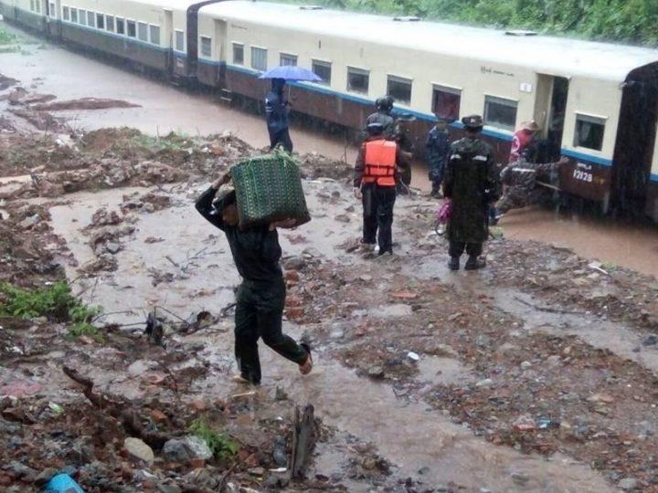 ရထားလမ္း ေရေက်ာ္လုိ႔ ေမာ္လျမိုဳင္ -ရန္ကုန္ရထား လမ္းတြင္ ေခတၱ ရပ္နားထားရ/ နယ္ေျမခံ တပ္ရင္းမ်ားက စားေသာက္ဖြယ္ရာ မ်ားေထာက္ပံ့
