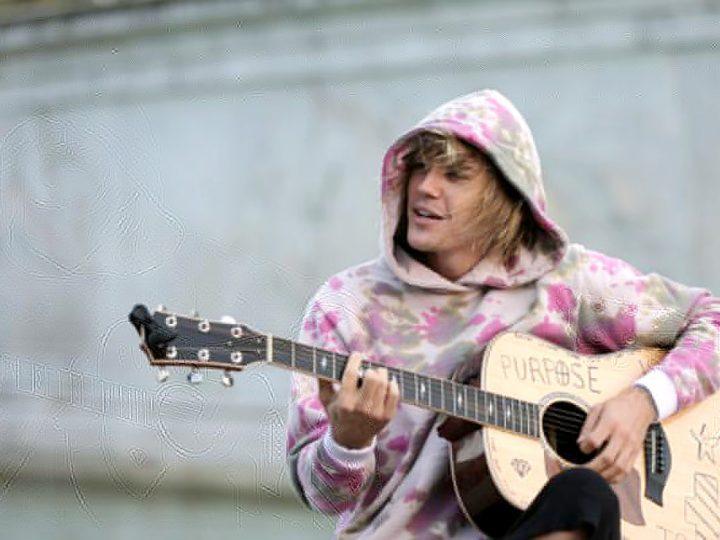 ဘက္ကင္ဟမ္နန္းေတာ္နီးမွာ ေဟာ္လိုဂစ္တာ တစ္လက္န႔ဲ Suprise လုပ္ခဲ့တဲ့ Justin Bieber