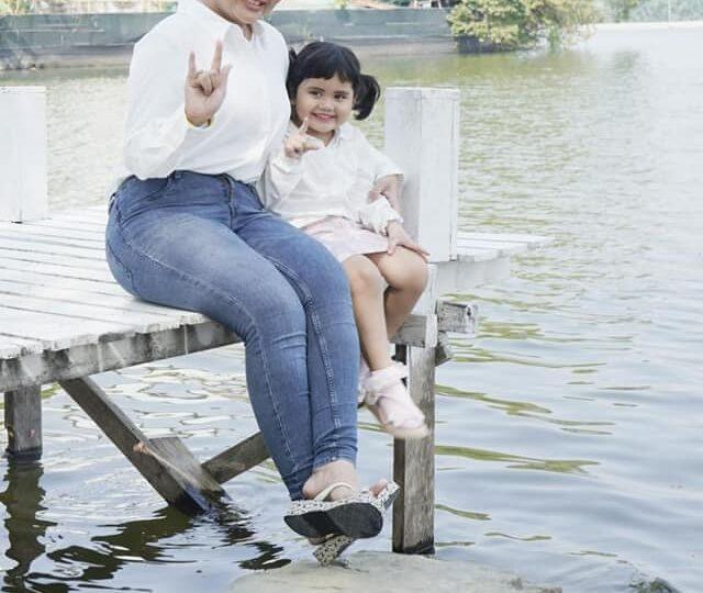 ကြော်ငြာရိုက်ကွင်းတစ်ခုမှာတွေ့ရတဲ့ ခိုင်နှင်းဝေတို့သားအမိနှစ်ယောက် ဓာတ်ပုံ-အောင်ဇော်မင်း #Popularjournal #Khinehninwai