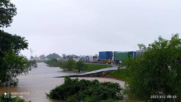 လမ်းရေကျော်မူ့ကြောင့် ဂျိုင်းတံတားအနီး ကားများရာချီပိတ်မိနေရာမှ ယခု ညနေ ဖြတ်သန်း၍ရ
