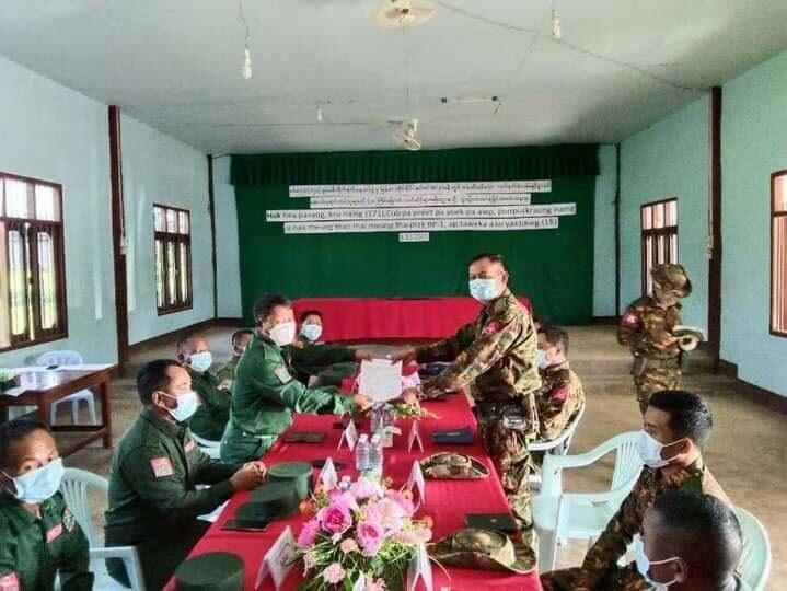 """မြန်မာ-ထိုင်း နယ်စပ်အနီး ဖမ်းမိသည့် မူးယစ်တရားခံ ၂ ဦးကို """"ဝ""""တပ်ဖွဲ့က တပ်မတော်ကို လွှဲပြောင်း"""